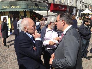 Distribution de ma lettre de candidature sur le marché du Centre ancien à Créteil, aux côtés de Laurent Cathala
